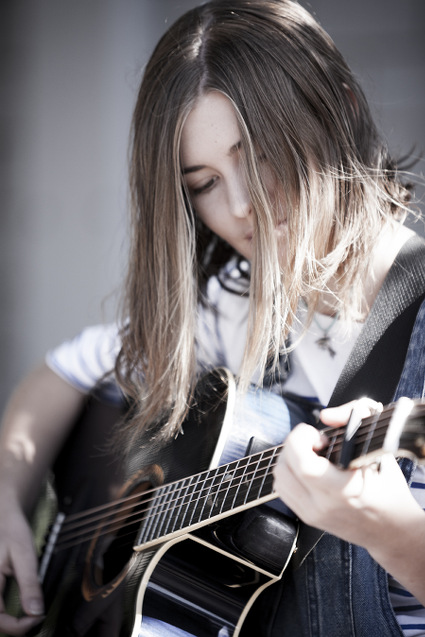 Luna_guitar_close_up