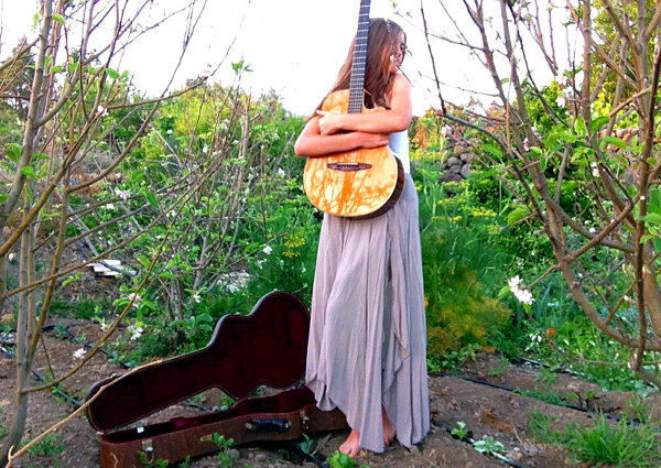 Luna_with_guitar