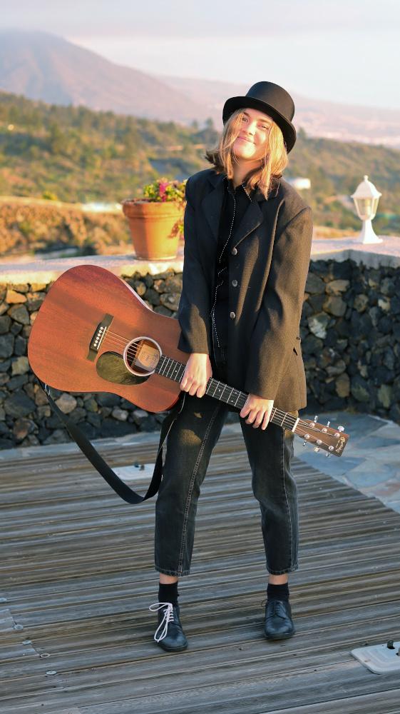 Luna Keller - Guitar